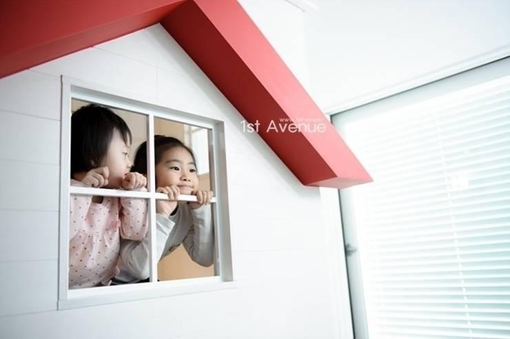 아이들의 웃음이 피어나는 빨간지붕 다락방 인테리어 : 퍼스트애비뉴의  아이방