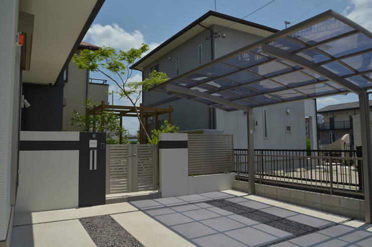 トヨタホーム庭・リガーデン|ウッドデッキが主役な庭: T's Garden Square Co.,Ltd.が手掛けた家です。