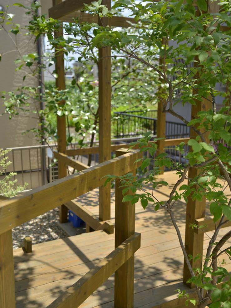 トヨタホーム庭・リガーデン|ウッドデッキが主役な庭: T's Garden Square Co.,Ltd.が手掛けた学校です。