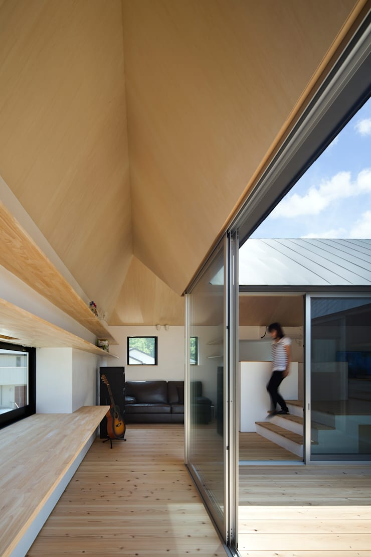 箕面森町の家: 安部秀司建築設計事務所が手掛けたリビングです。,
