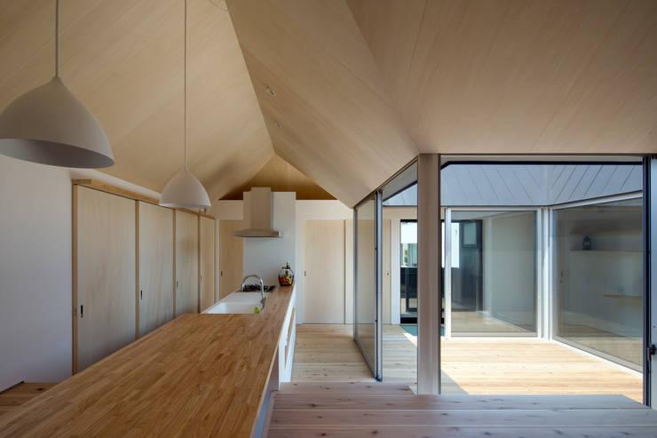 箕面森町の家: 安部秀司建築設計事務所が手掛けたキッチンです。,