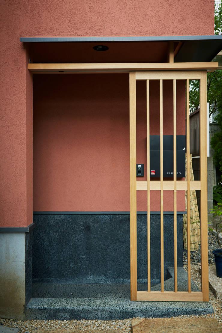 玄関: 株式会社吉川の鯰が手掛けた窓です。