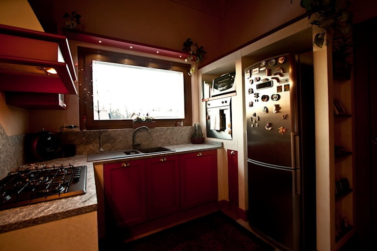 Cucina in Bambù tinto rosa: Cucina in stile in stile Classico di Effegieffe s.n.c.
