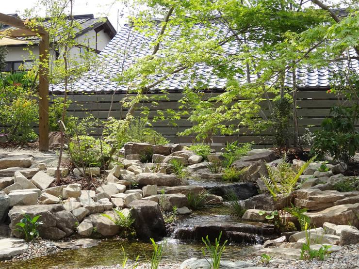 池とせせらぎのある暮らし|へーベルハウス雑木の庭の作り方: T's Garden Square Co.,Ltd.が手掛けた商業空間です。