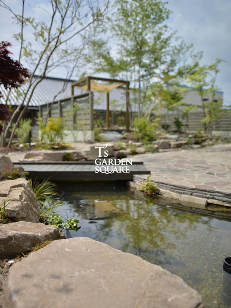 池とせせらぎのある暮らし|へーベルハウス雑木の庭の作り方: T's Garden Square Co.,Ltd.が手掛けた壁&床です。