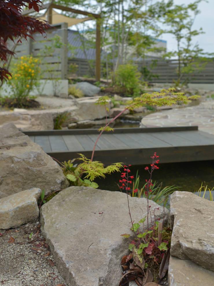 池とせせらぎのある暮らし|へーベルハウス雑木の庭の作り方: T's Garden Square Co.,Ltd.が手掛けたです。