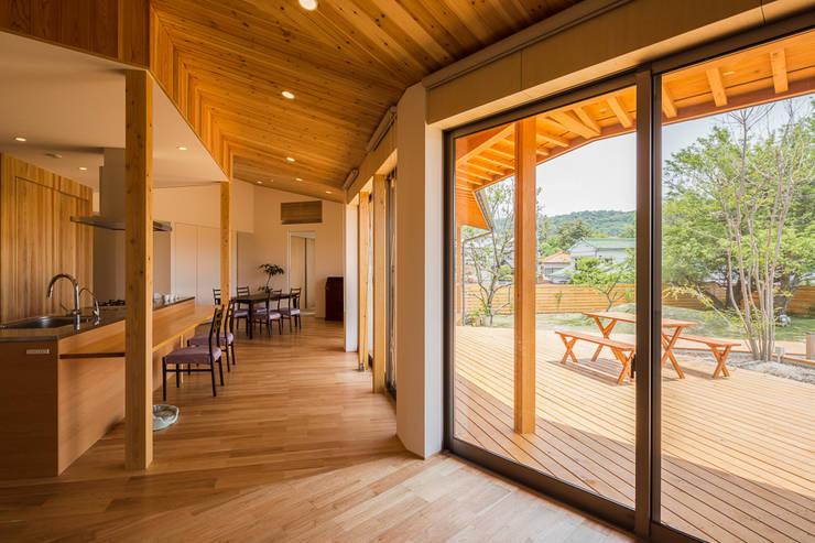 緑苑の家: 梶浦博昭環境建築設計事務所が手掛けたリビングです。