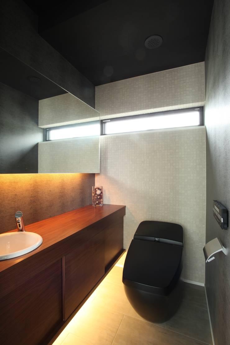 シックなサニタリースペース: TERAJIMA ARCHITECTSが手掛けた浴室です。