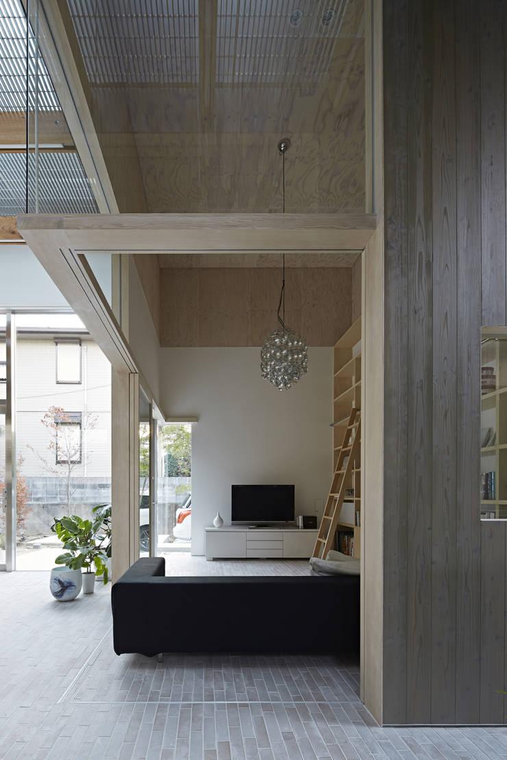 生駒の家: 安部秀司建築設計事務所が手掛けたリビングです。