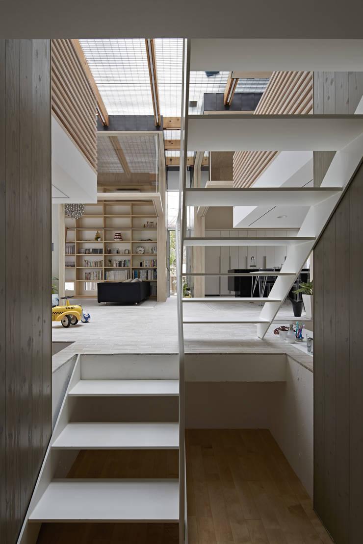 生駒の家: 安部秀司建築設計事務所が手掛けた廊下 & 玄関です。
