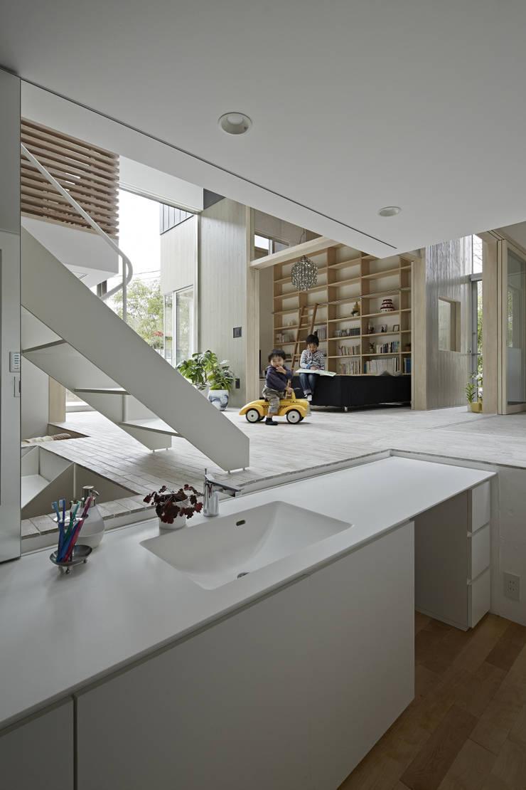 生駒の家: 安部秀司建築設計事務所が手掛けたウォークインクローゼットです。