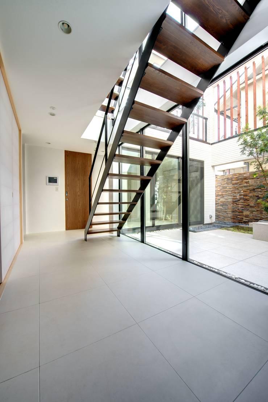 シンプルでスタイリッシュな階段: TERAJIMA ARCHITECTSが手掛けた廊下 & 玄関です。,
