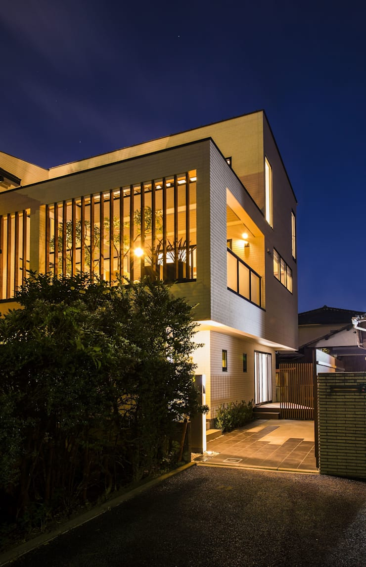 外観・夕景: TERAJIMA ARCHITECTSが手掛けた家です。,