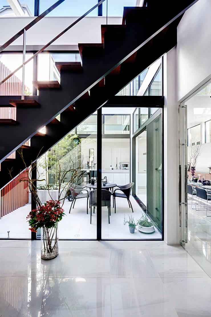 玄関からテラス、ダイニングキッチンをのぞむ: TERAJIMA ARCHITECTSが手掛けた廊下 & 玄関です。