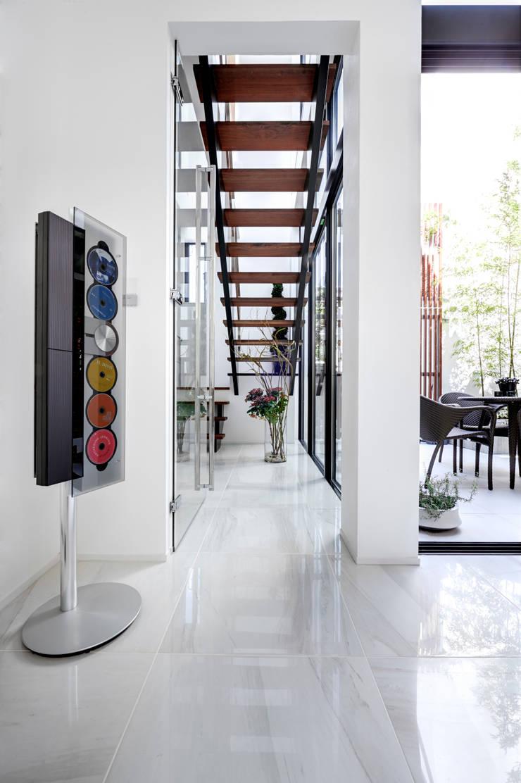 光をもたらす階段: TERAJIMA ARCHITECTSが手掛けた廊下 & 玄関です。