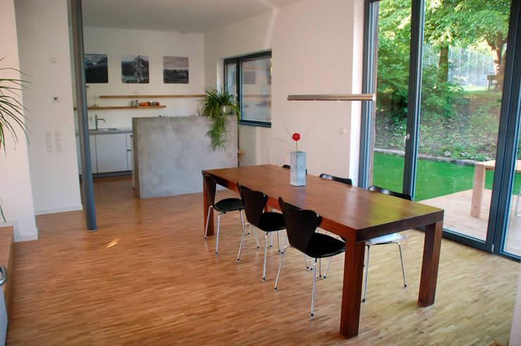 Doppelhaus Klein Grün: moderne Esszimmer von mbpk Architekten & Stadtplaner