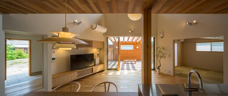 開花の家: 梶浦博昭環境建築設計事務所が手掛けたリビングです。