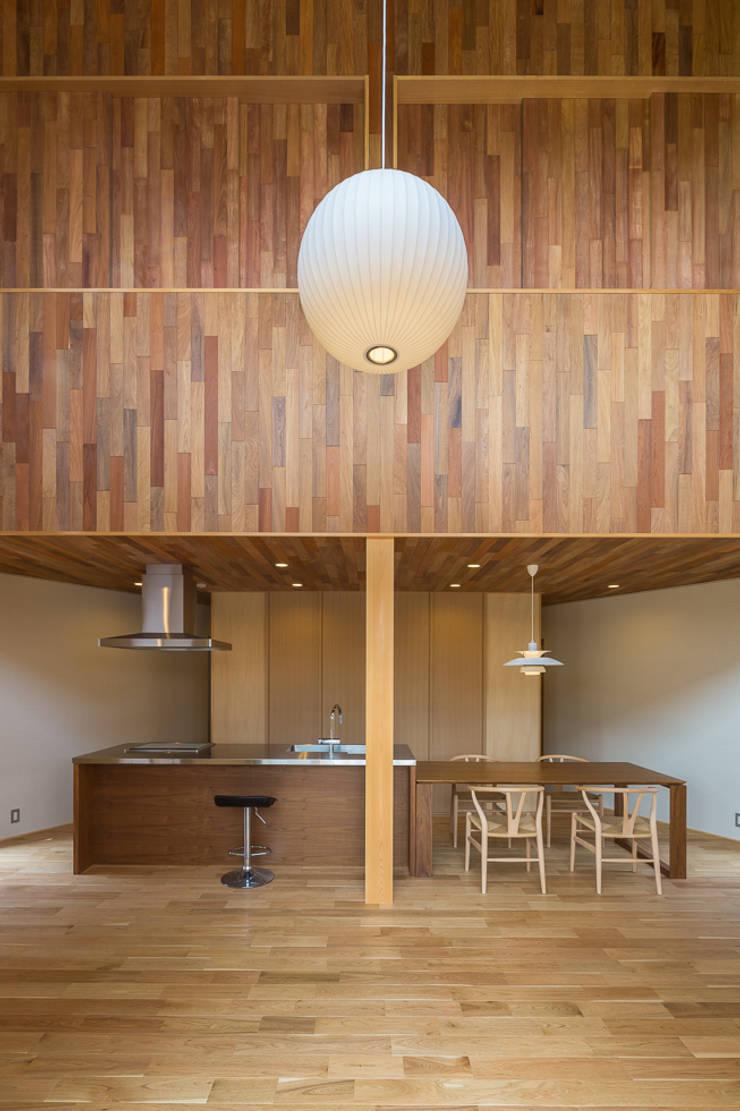 開花の家: 梶浦博昭環境建築設計事務所が手掛けたダイニングです。