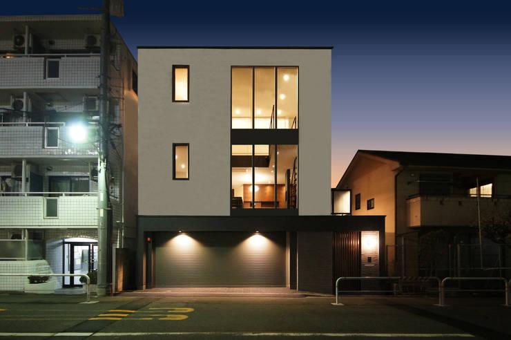 昼夜で異なる表情を見せる外観デザイン: TERAJIMA ARCHITECTSが手掛けた家です。