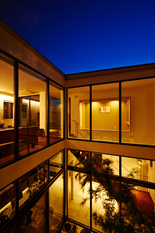 中庭が暮らしをつなぐ: TERAJIMA ARCHITECTSが手掛けたテラス・ベランダです。