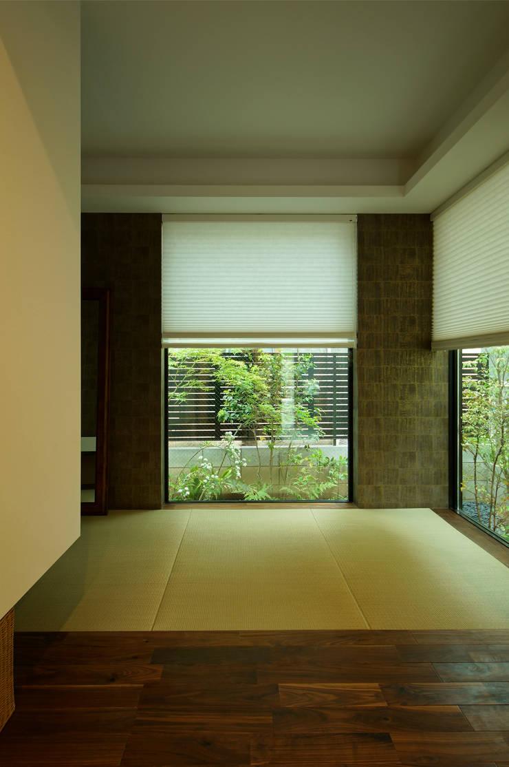心落ちつく和室: TERAJIMA ARCHITECTSが手掛けた和室です。,モダン