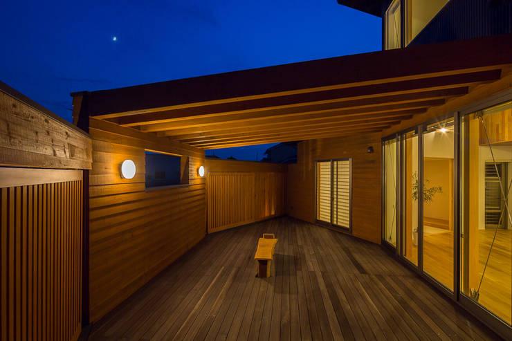 開花の家: 梶浦博昭環境建築設計事務所が手掛けたテラス・ベランダです。