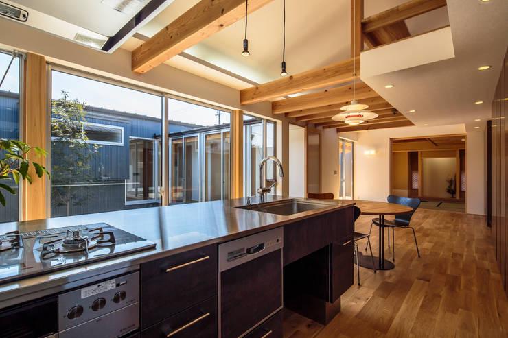 和光の家: 梶浦博昭環境建築設計事務所が手掛けたダイニングです。