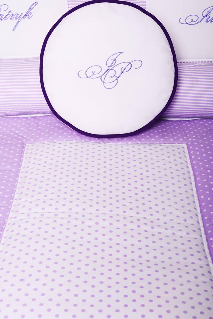 Prezent ślubny. Narzuta z haftem.: styl , w kategorii Sypialnia zaprojektowany przez majunto