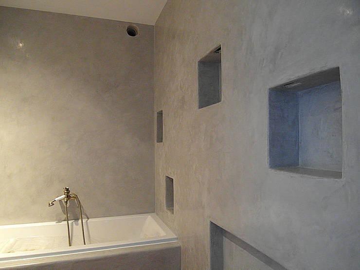 Zrobiona <q>na szaro</q> -tadelakt w łazience: styl , w kategorii Łazienka zaprojektowany przez ZIZI STUDIO Magdalena Latos