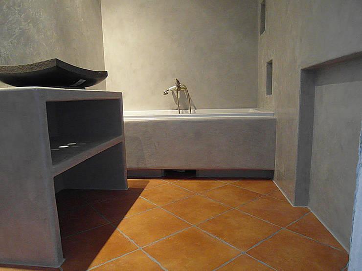 """Zrobiona """"na szaro"""" -tadelakt w łazience: styl , w kategorii Łazienka zaprojektowany przez ZIZI STUDIO Magdalena Latos"""