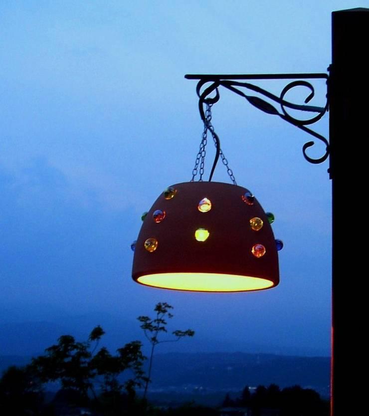 テラコッタのガーデンライト: 木村博明 株式会社木村グリーンガーデナーが手掛けた庭です。