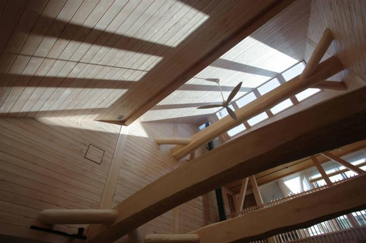 建物の中央の明るいリビング: 一級建築士事務所 ヒモトタクアトリエが手掛けたリビングです。