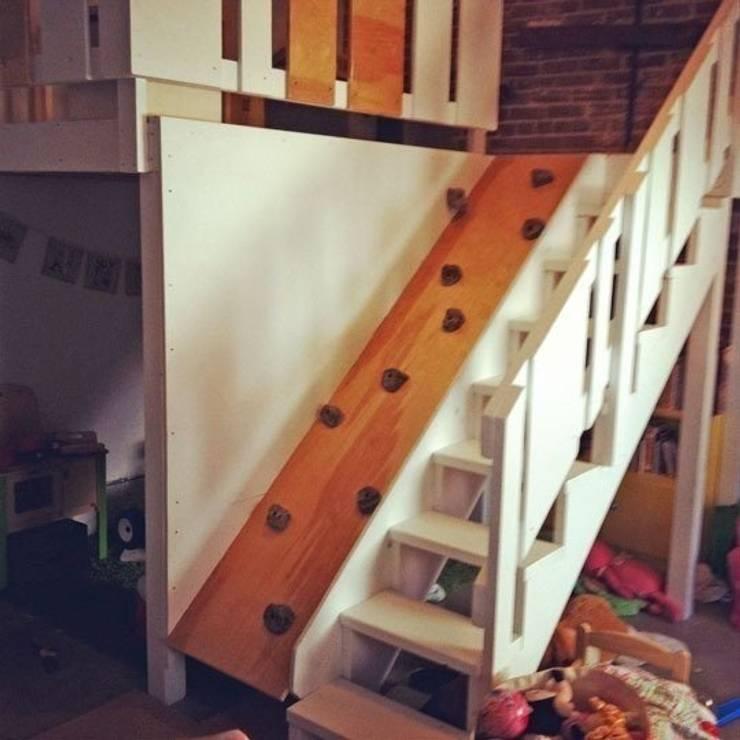 Stanza dei bambini in stile  di Capital Bedrooms and Kitchens
