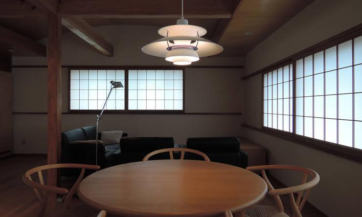 菊川の家: 堀内総合計画事務所が手掛けたリビングです。