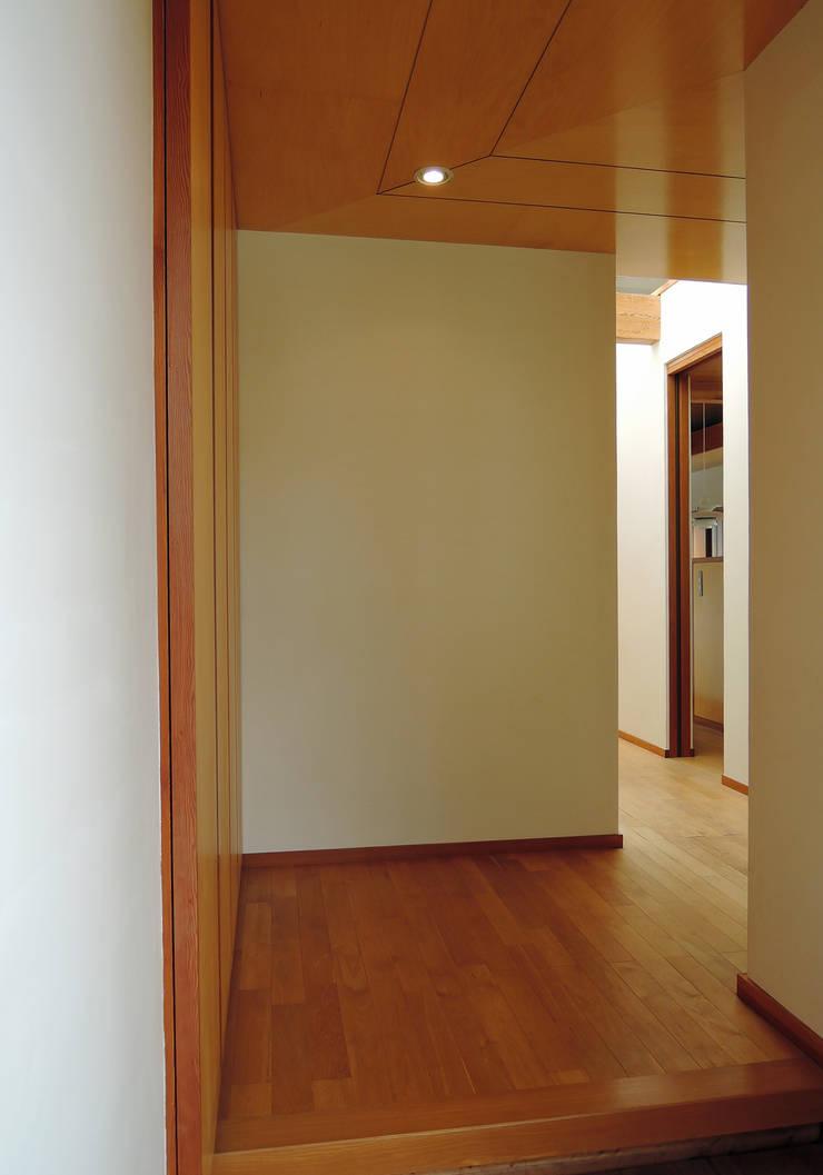 菊川の家: 堀内総合計画事務所が手掛けた廊下 & 玄関です。