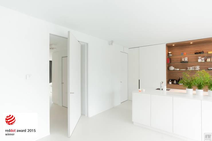 Puertas y ventanas de estilo moderno de Anyway Doors