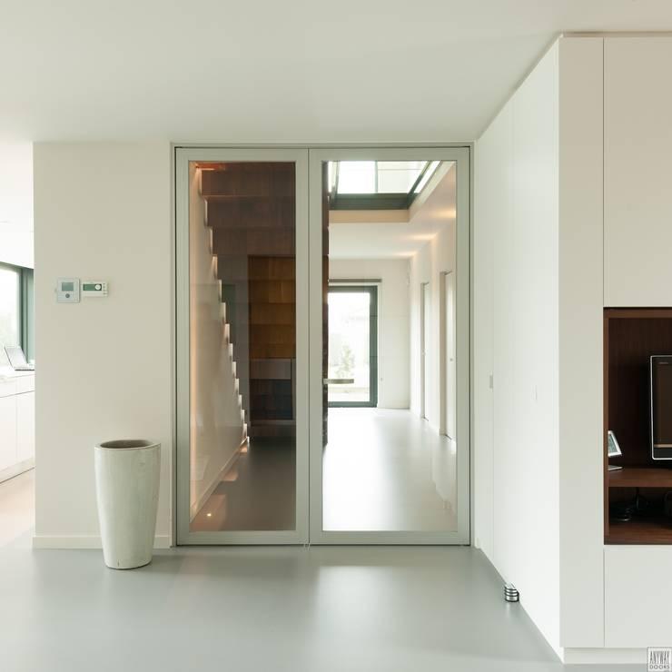 Design glazen deur met zijpaneel:  Ramen & deuren door Anyway Doors