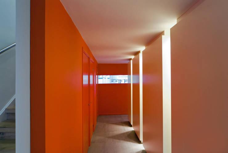 Corridor & hallway by VHS Architecten