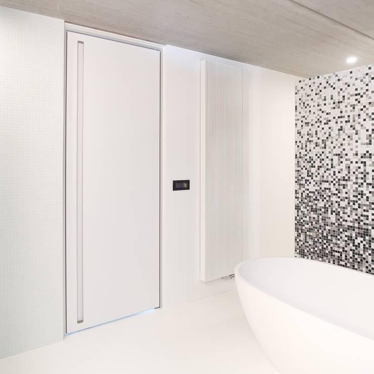 Moderne binnendeur van vloer tot plafond:  Binnendeuren door Anyway Doors