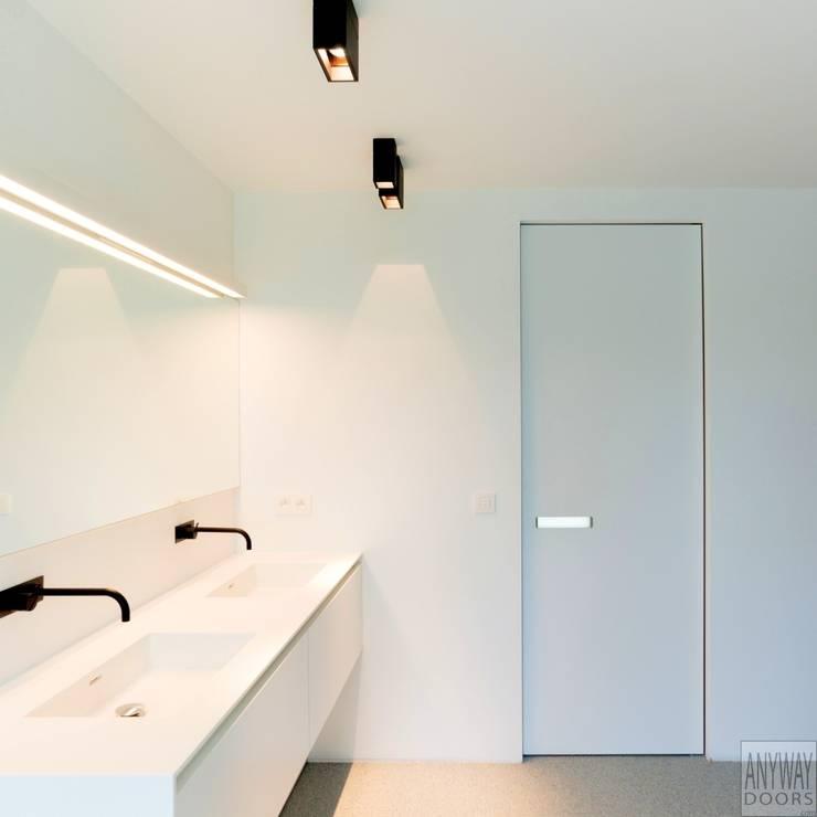 Onzichtbare binnendeur met een aluminium inbouwkozijn:  Binnendeuren door Anyway Doors