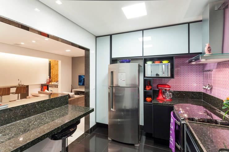 Apartamento .RF: Cozinhas  por Amis Arquitetura & Design