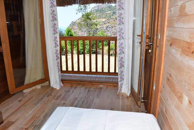 Pure Life Organic Villa – Üst Yatak Odasından görünüm:  tarz Oteller, Kırsal/Country