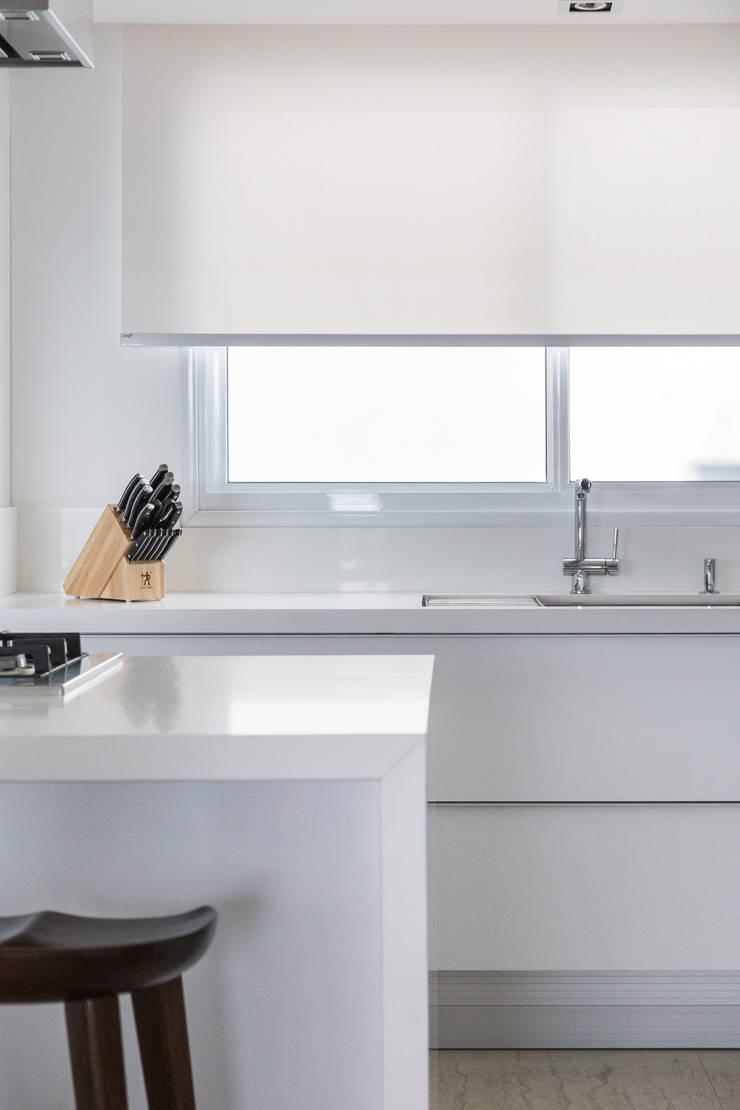 ED HOUSE: Cozinhas  por Estúdio LAFLORENCE.