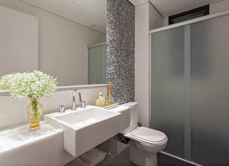 Apartamento .RF: Banheiros  por Amis Arquitetura & Design