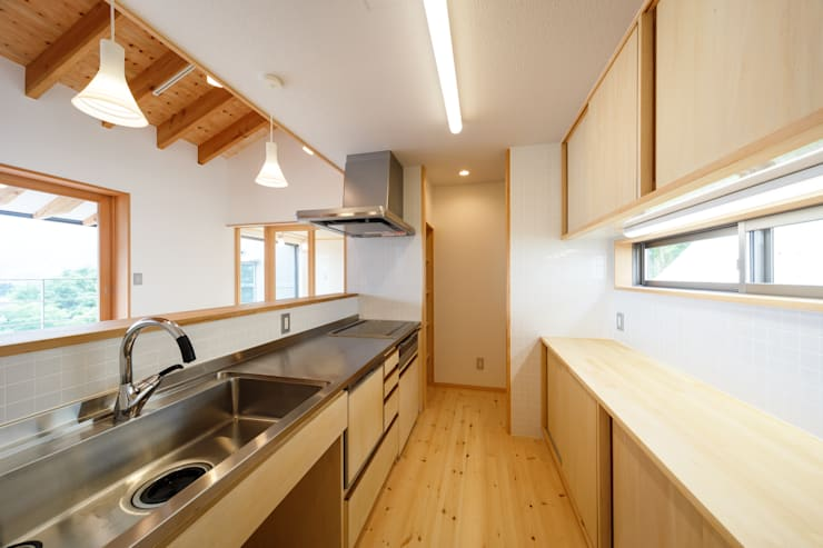 Kitchen by 建築工房 at ease, Modern