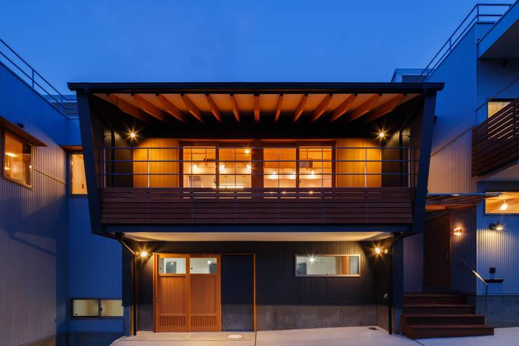 外観(夕景): 建築工房 at easeが手掛けた家です。