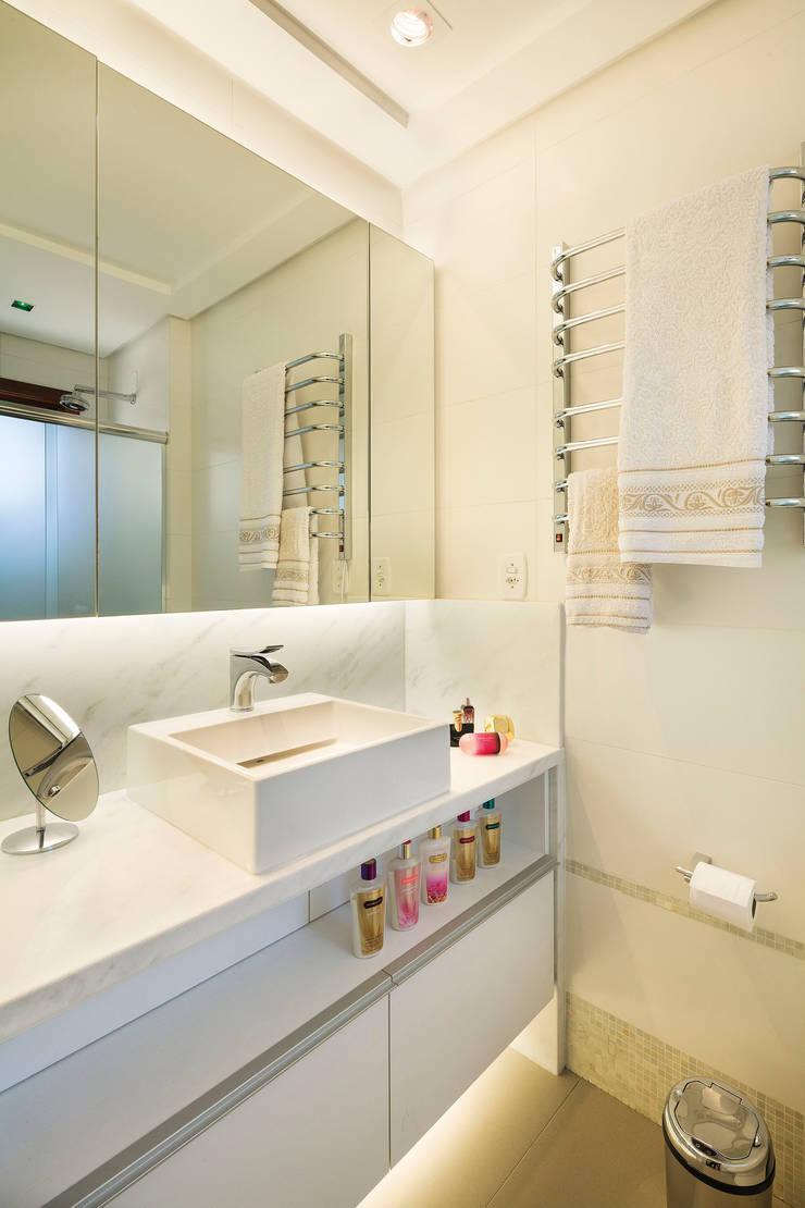 Novo e descolado.: Banheiros  por C. Arquitetura
