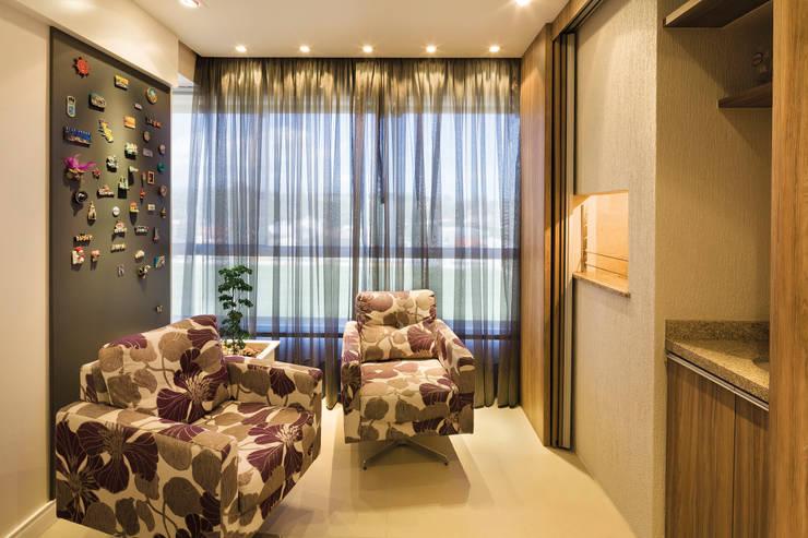 Novo e descolado.: Salas de estar  por C. Arquitetura