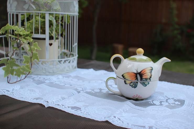 나비 앉은 티팟: HANDCERA(핸드세라)의  주방
