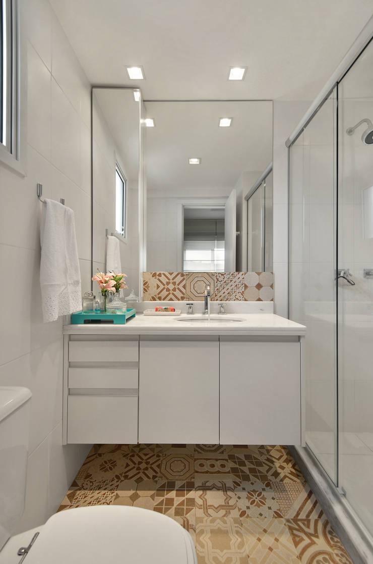 Modern style bathrooms by CR Arquitetura&paisagismo Modern